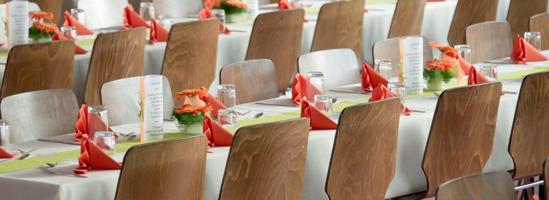 Sillas de madera alrededor de una mesa de banquete