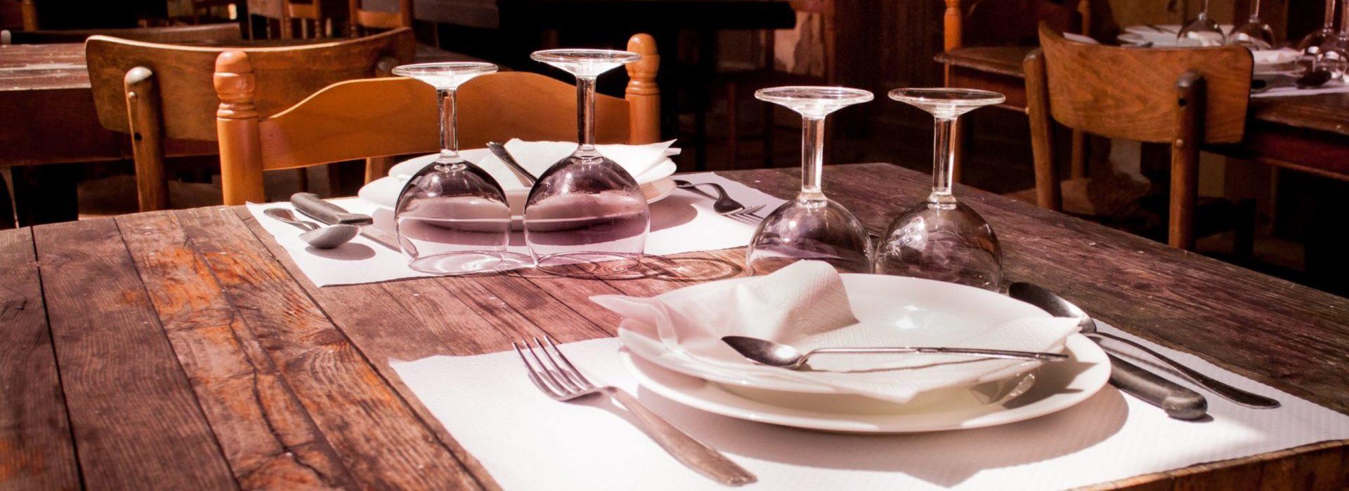 Mesa de restaurante puesta